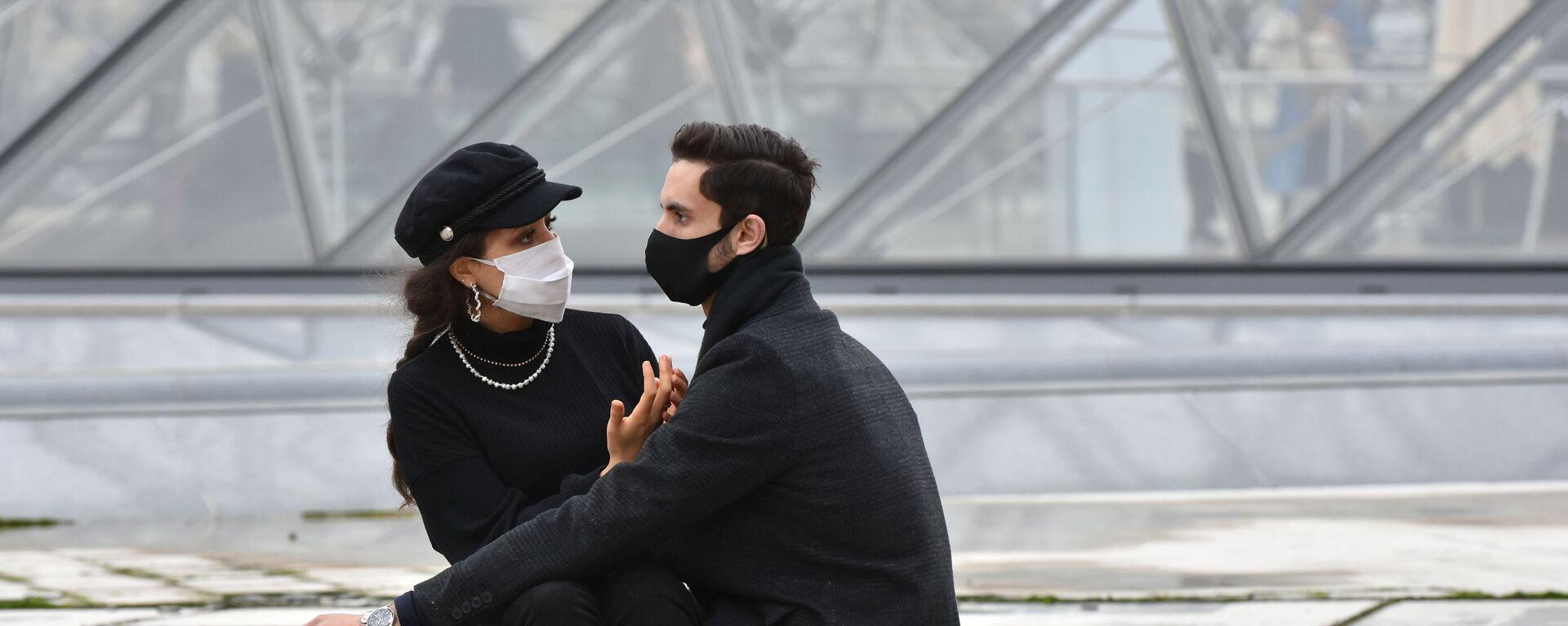 Молодые люди в масках в Париже - Sputnik Česká republika, 1920, 26.07.2021