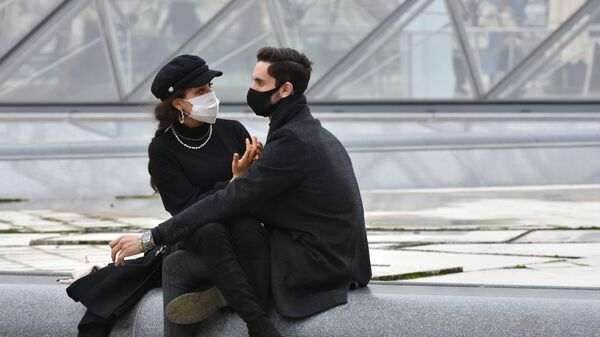 Молодые люди в масках в Париже - Sputnik Česká republika