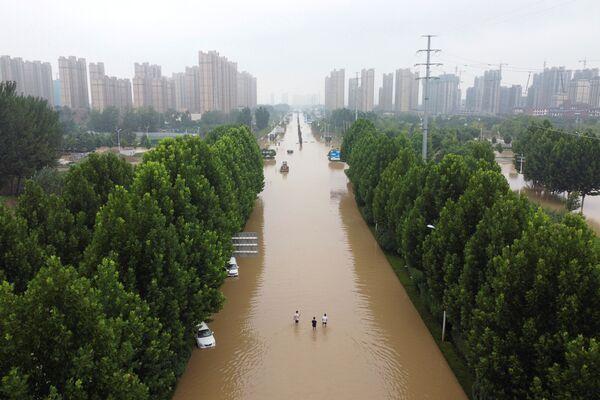 Zaplavená silnice ve městě Čeng-čou provincie Che-nan. - Sputnik Česká republika