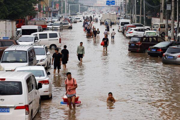 Zaplavené ulice ve městě Čeng-čou. - Sputnik Česká republika