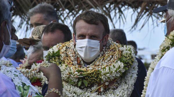 Президент Франции Эммануэль Макрон во время визта на атолл Манихи, Французская Полинезия - Sputnik Česká republika
