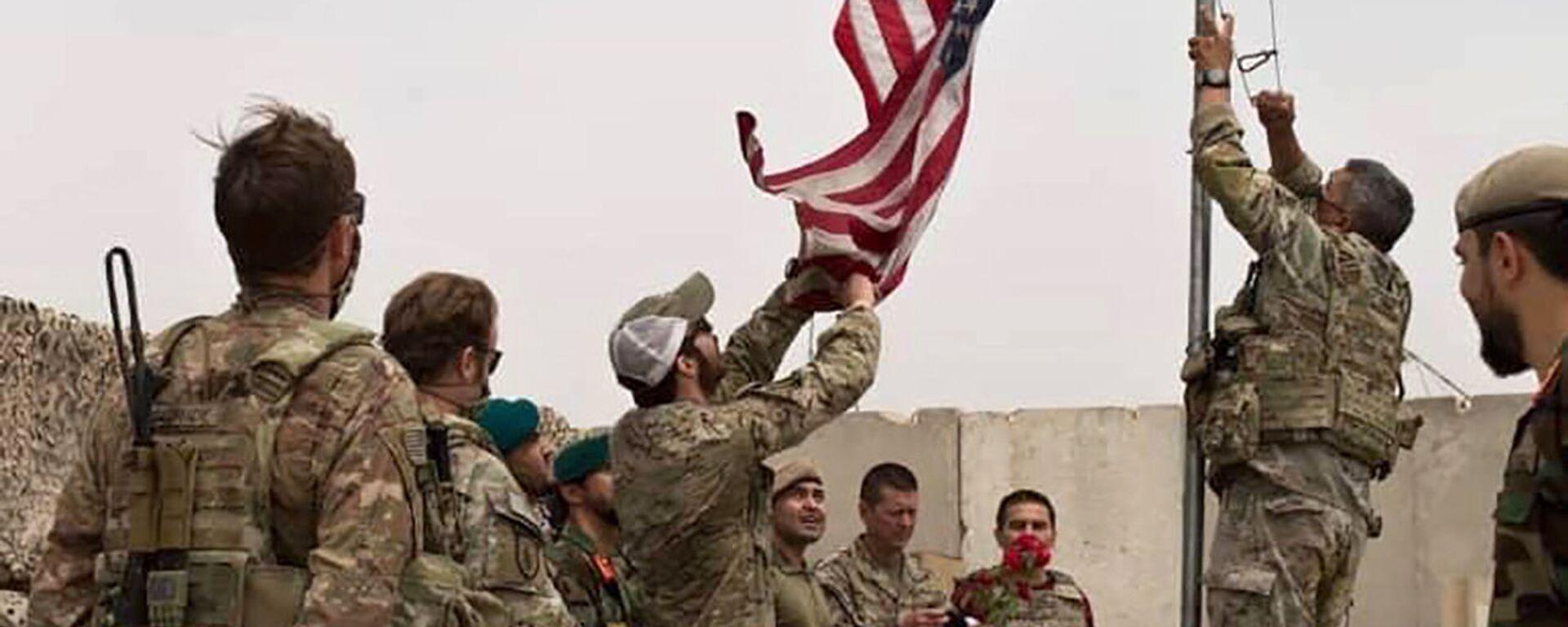 Američtí vojáci stahují vlajku v Afghánistánu - Sputnik Česká republika, 1920, 29.08.2021