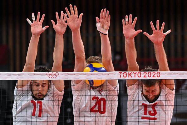 Poláci Fabian Drzyzga, Mateusz Bieniek a Michal Kubiak se snaží zablokovat střelu během olympijských her - Sputnik Česká republika