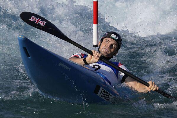 Brit Bradley Forbes-Krians v rozjížďkách veslařského slalomu K1 mužů na letních olympijských hrách - Sputnik Česká republika