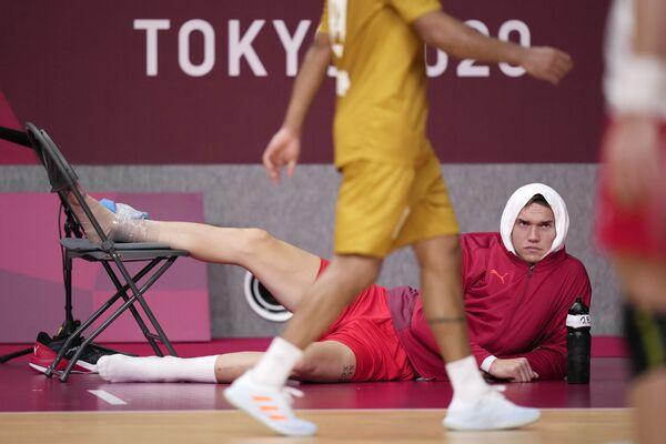 Dánský hráč Lasse Andersson sleduje zápas poté, co se zranil během házenkářského zápasu na olympijských hrách 2020 - Sputnik Česká republika
