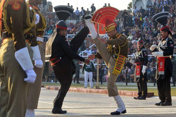 Slavnostní spuštění vlajky na hranici ve městě Wagah, které provádějí indické pohraniční bezpečnostní síly a pákistánští rangers - Sputnik Česká republika