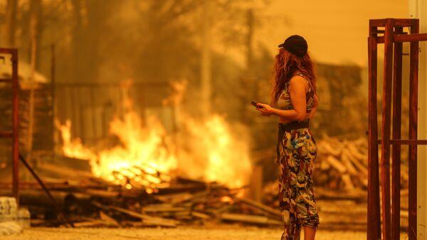 Девушка смотрит на огонь от пожара в Манагавте, Турция - Sputnik Česká republika