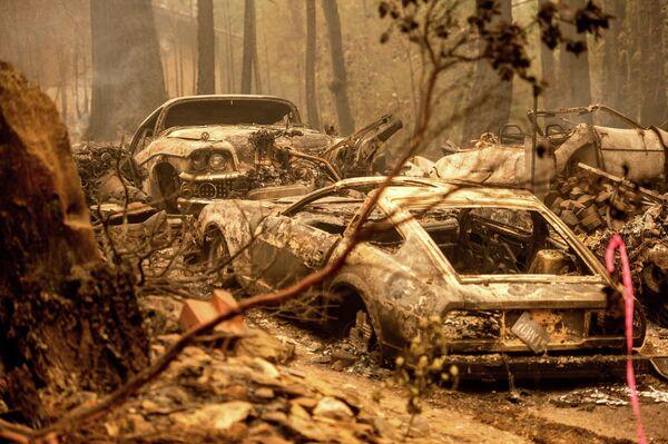 Automobily po požáru v oblasti Plumas County v Kalifornii ve Spojených státech. - Sputnik Česká republika