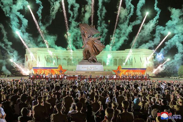 Ohňostroj v Pchjongjangu během sedmé celostátní konference válečných veteránů na počest výročí ukončení korejské války. - Sputnik Česká republika