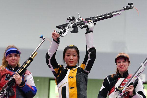 Číňanka Yang Qian po vítězství ve finále soutěže ve střelbě ze vzduchovky na XXXII. letních olympijských hrách v Tokiu - Sputnik Česká republika