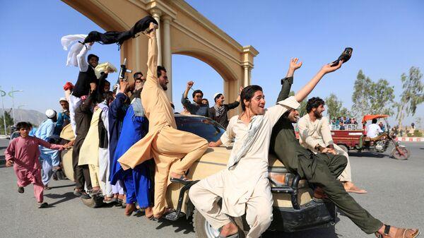 Афганцы празднуют прекращение огня в провинции Нангархар, Афганистан - Sputnik Česká republika
