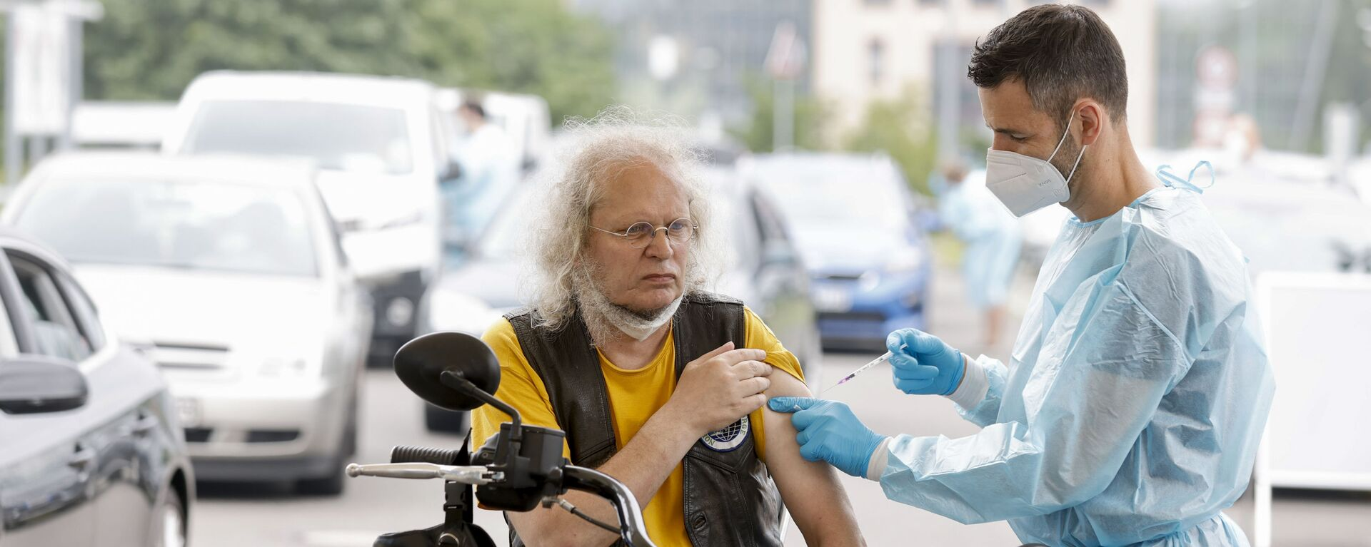 Медицинский работник применяет дозу вакцины против коронавируса в центре вакцинации для автомобилей в Берлине - Sputnik Česká republika, 1920, 27.08.2021