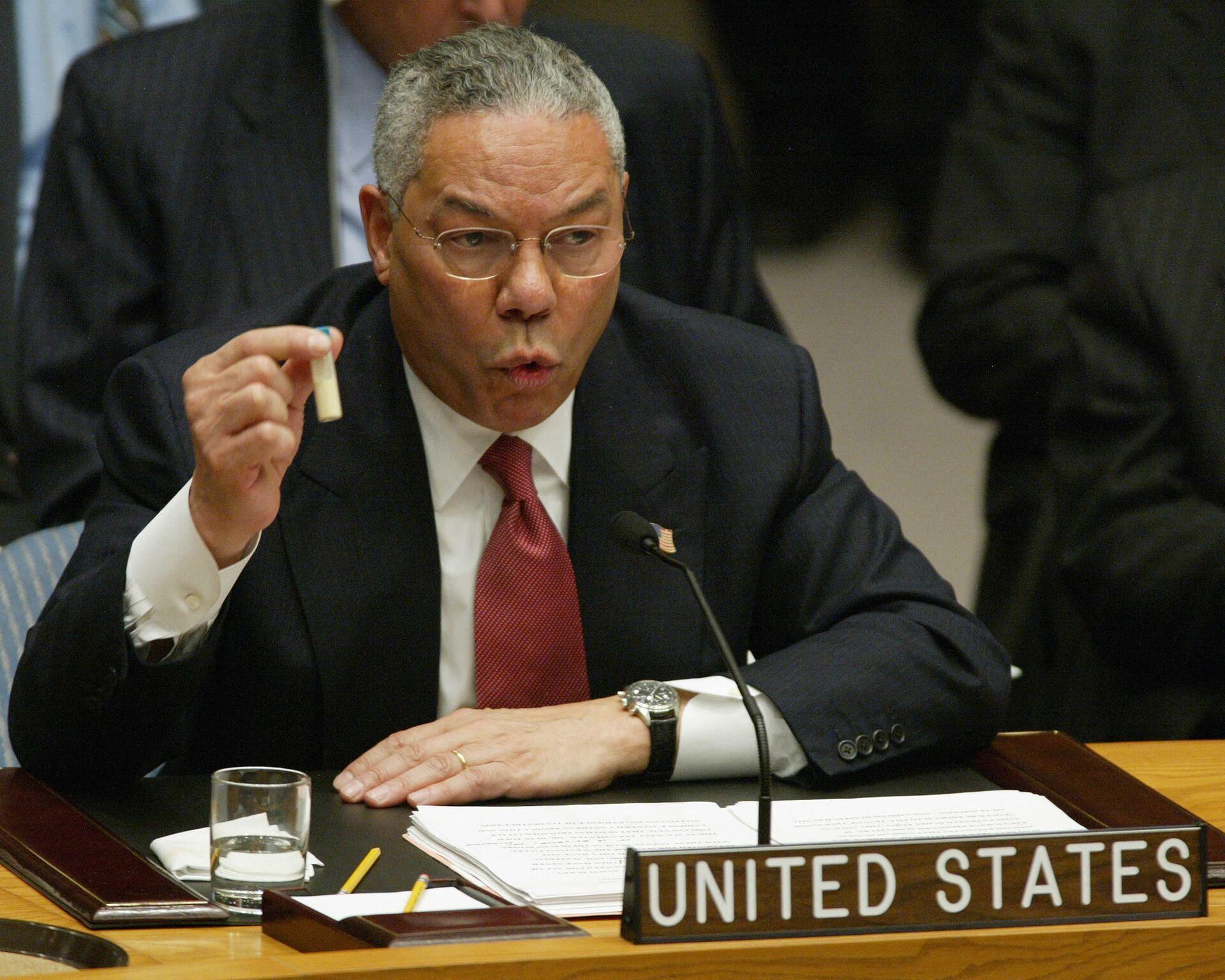 Státní tajemník Colin Powell se zkumavkou na zasedání Rady bezpečnosti OSN, 2003 - Sputnik Česká republika, 1920, 03.08.2021
