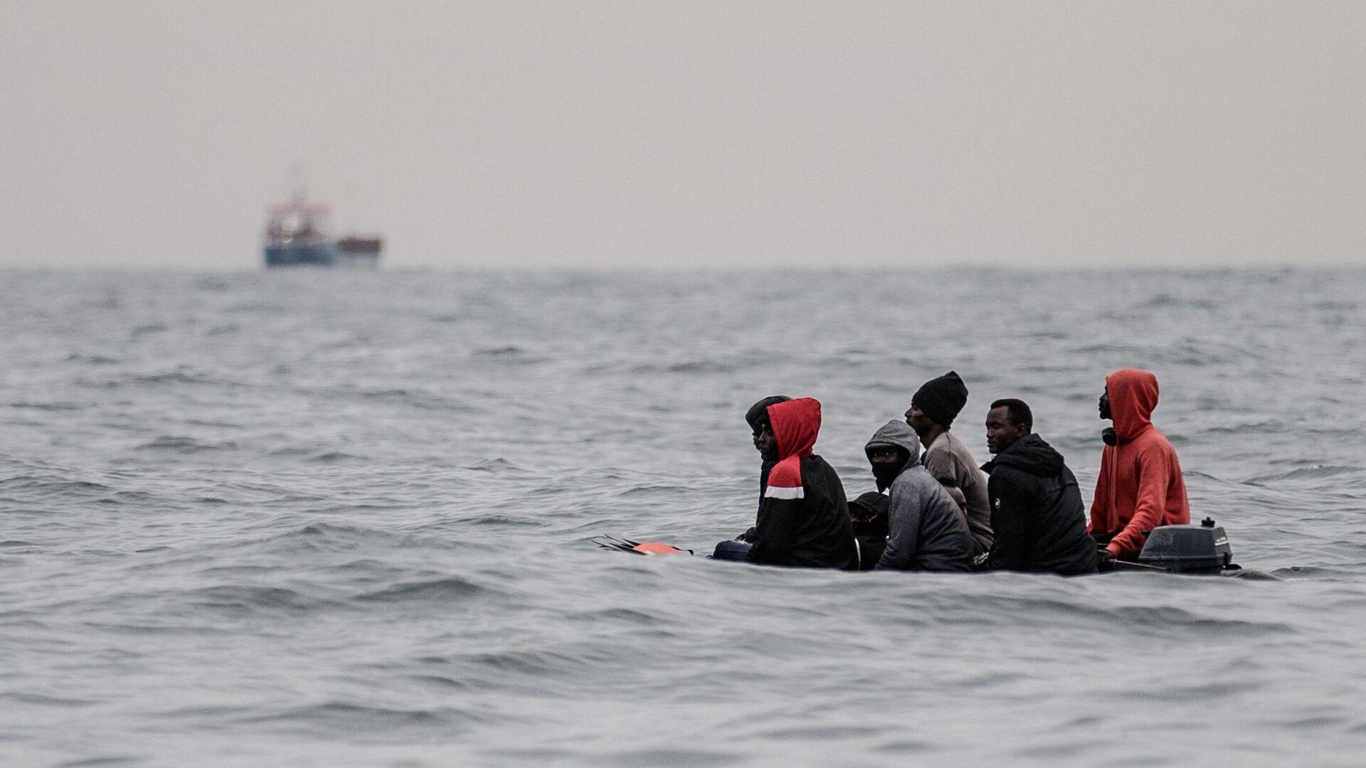 Migranti v lodi u pobřeží Francie - Sputnik Česká republika, 1920, 24.08.2021