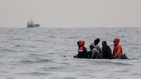 Мигранты в лодке у берегов Франции  - Sputnik Česká republika