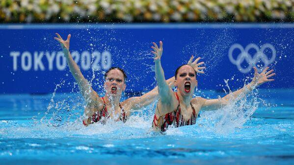 Nizozemské reprezentantky v synchronizovaném plavání Bregje de Brouwerová a Noortje de Brouwerová na Olympijských hrách v Tokiu - Sputnik Česká republika
