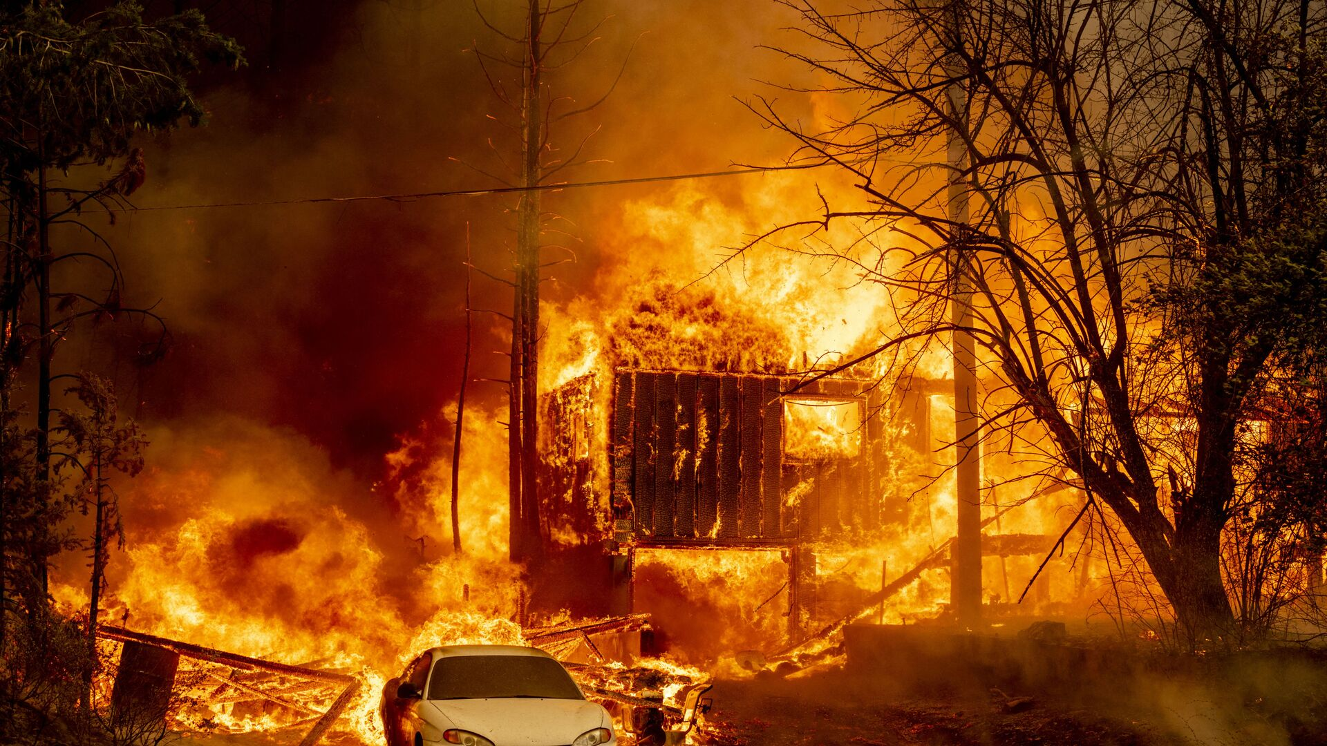 Охваченный пламенем дом в Гринвилле, Калифорния - Sputnik Česká republika, 1920, 08.08.2021