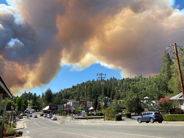 Клубы дыма от пожара в Колфаксе, Калифорния, США - Sputnik Česká republika