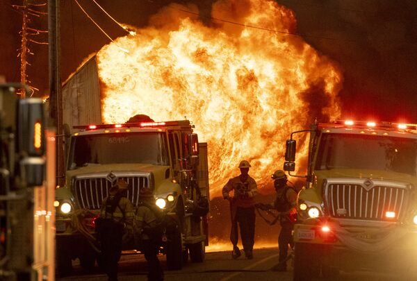 Пожарные работают на пожаре в Гринвилле, Калифорния - Sputnik Česká republika