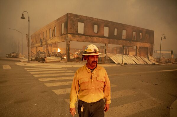 Начальник батальона Серхио Мора наблюдает за пожаром в городе Гринвилл, Калифорния - Sputnik Česká republika