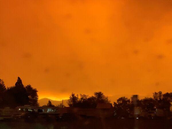 Оранжевое от зарева пожаров небо в округе Лассен, Калифорния, США - Sputnik Česká republika