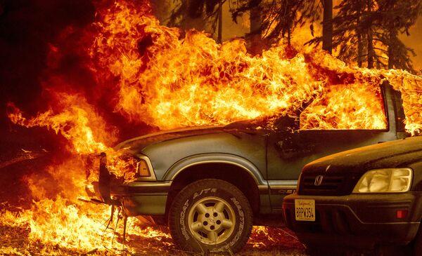 Горящие машины в штате Калифорния, США - Sputnik Česká republika