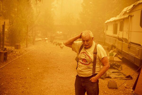 Местный житель во время пожаров в штате Калифорния, США - Sputnik Česká republika