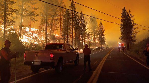 Люди смотрят на огонь пожаров в штате Калифорния, США - Sputnik Česká republika