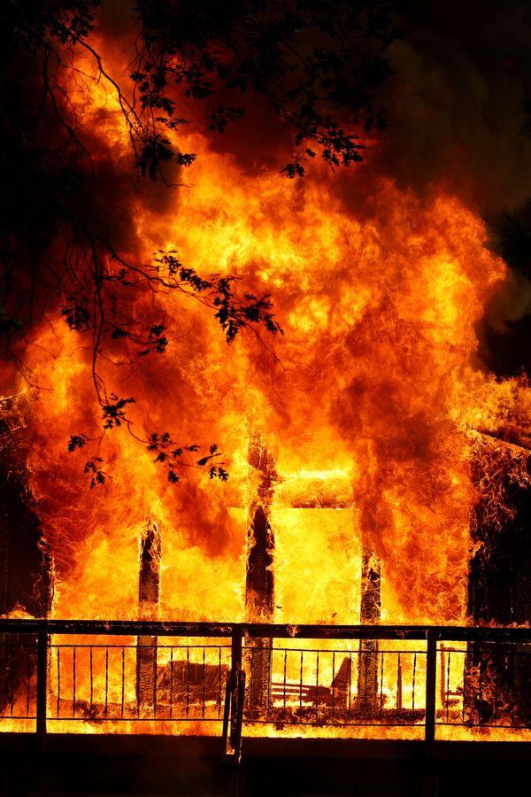 Дом охвачен пламенем во время пожара в Грасс-Вэлли, Калифорния, США - Sputnik Česká republika