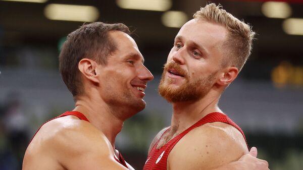 Чешские легкоатлеты Якуб Вадлейх и Витезслав Веселы радуются золотой и бронзовой медалям на олимпиаде в Токио - Sputnik Česká republika