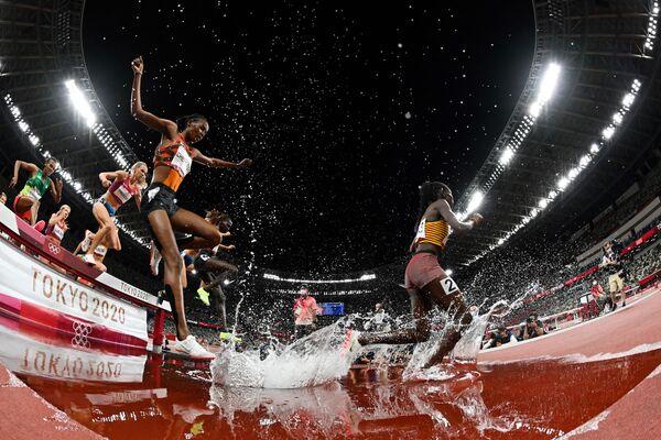 Спортсменки соревнуются в финале женского бега во время Олимпийских игр 2020 в Токио - Sputnik Česká republika