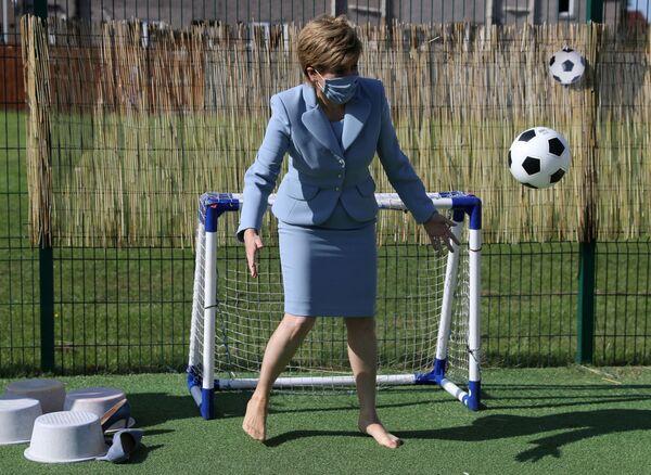 Skotská premiérka Nicola Sturgeonová při návštěvě mateřské školy ve Fallinu - Sputnik Česká republika