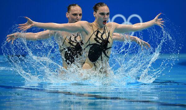 Sportovkyně Svetlana Kolesničenková a Svetlana Romašinová ukazují svůj volný program v soutěži synchronizovaného plaveckého duetu na Letních olympijských hrách XXXII v Tokiu - Sputnik Česká republika