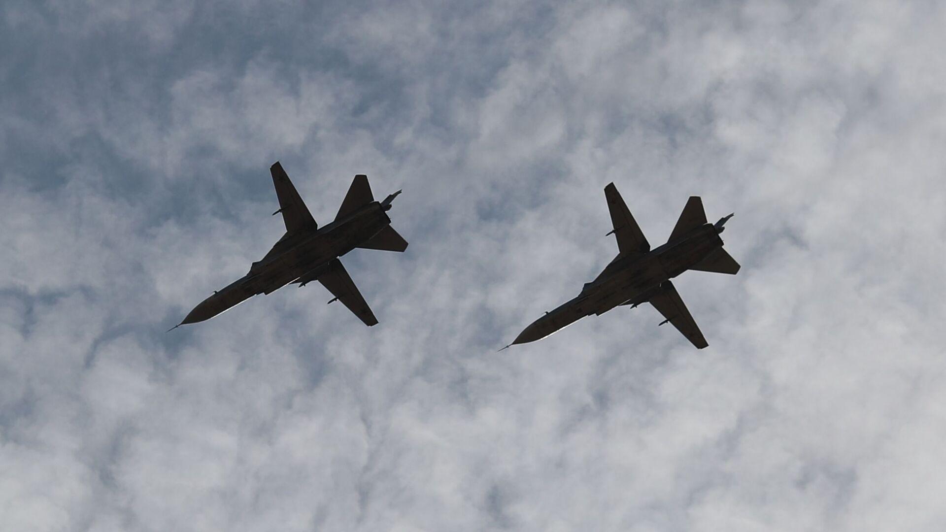 Фронтовые бомбардировщики Су-24 в небе во время международных российско-индийских учений Индра-2021  - Sputnik Česká republika, 1920, 27.08.2021
