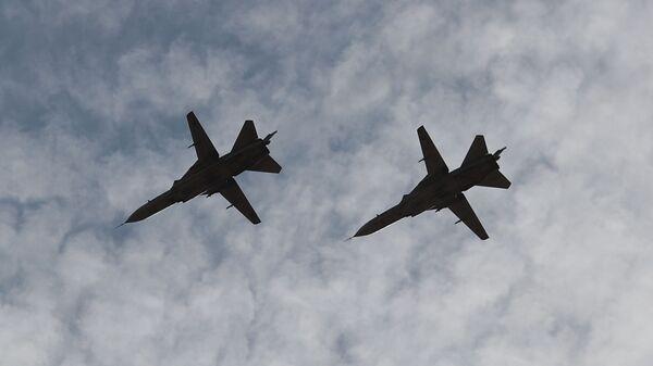 Фронтовые бомбардировщики Су-24 в небе во время международных российско-индийских учений Индра-2021  - Sputnik Česká republika