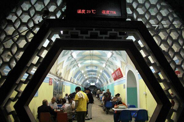 Bývalý protiletecký kryt v čínském městě Wu-chu v provincii An-chuej, kde se lidé schovávají před vedrem. - Sputnik Česká republika
