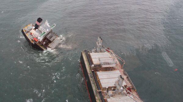 Утечка топлива из-за севшего на мель судна в районе порта Хатинохэ  - Sputnik Česká republika