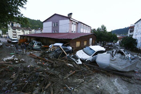 Poničená auta ve městě Bozkurt. - Sputnik Česká republika