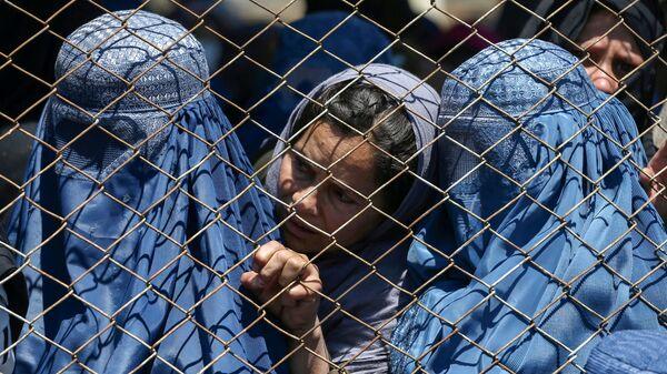 Афганские женщины ждут раздачи бесплатной пшеницы в Кабуле - Sputnik Česká republika