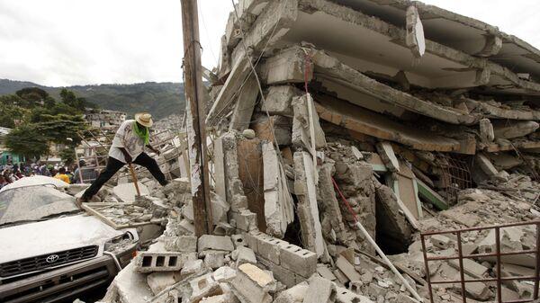 Обломки разрушенного здания после землетрясения в Порт-о-Пренсе, Гаити, 2010 год - Sputnik Česká republika