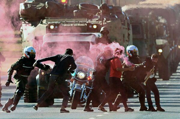 Vojáci zatýkají demonstranty v Brazílii, 10. srpna 2021. - Sputnik Česká republika
