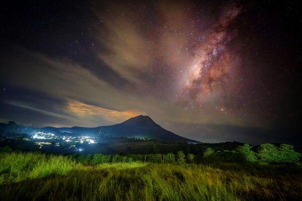 Pohled na Mount Sinabung ze Severní Sumatry. - Sputnik Česká republika