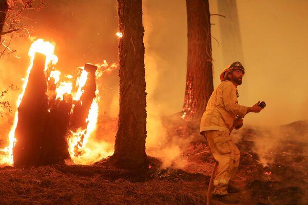 Hasiči bojují s požáry poblíž Taylorsville, Kalifornie 10. srpna 2021. - Sputnik Česká republika