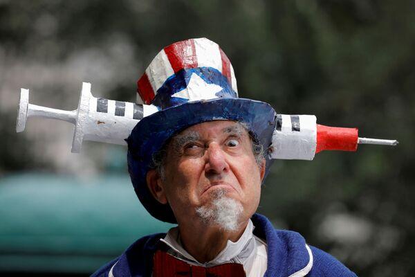 Účastník v kostýmu během protestu proti očkování, který se konal v New Yorku 9. srpna 2021. - Sputnik Česká republika