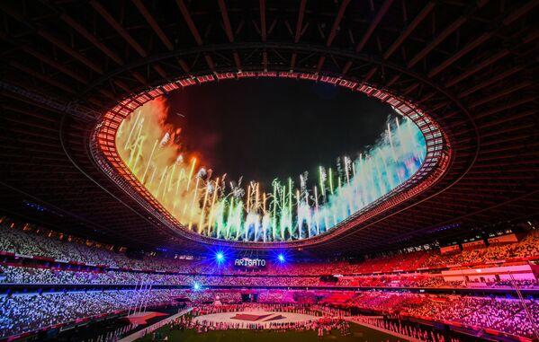 Ohňostroj na počest ukončení LOH v Tokiu na Národním olympijském stadionu. - Sputnik Česká republika