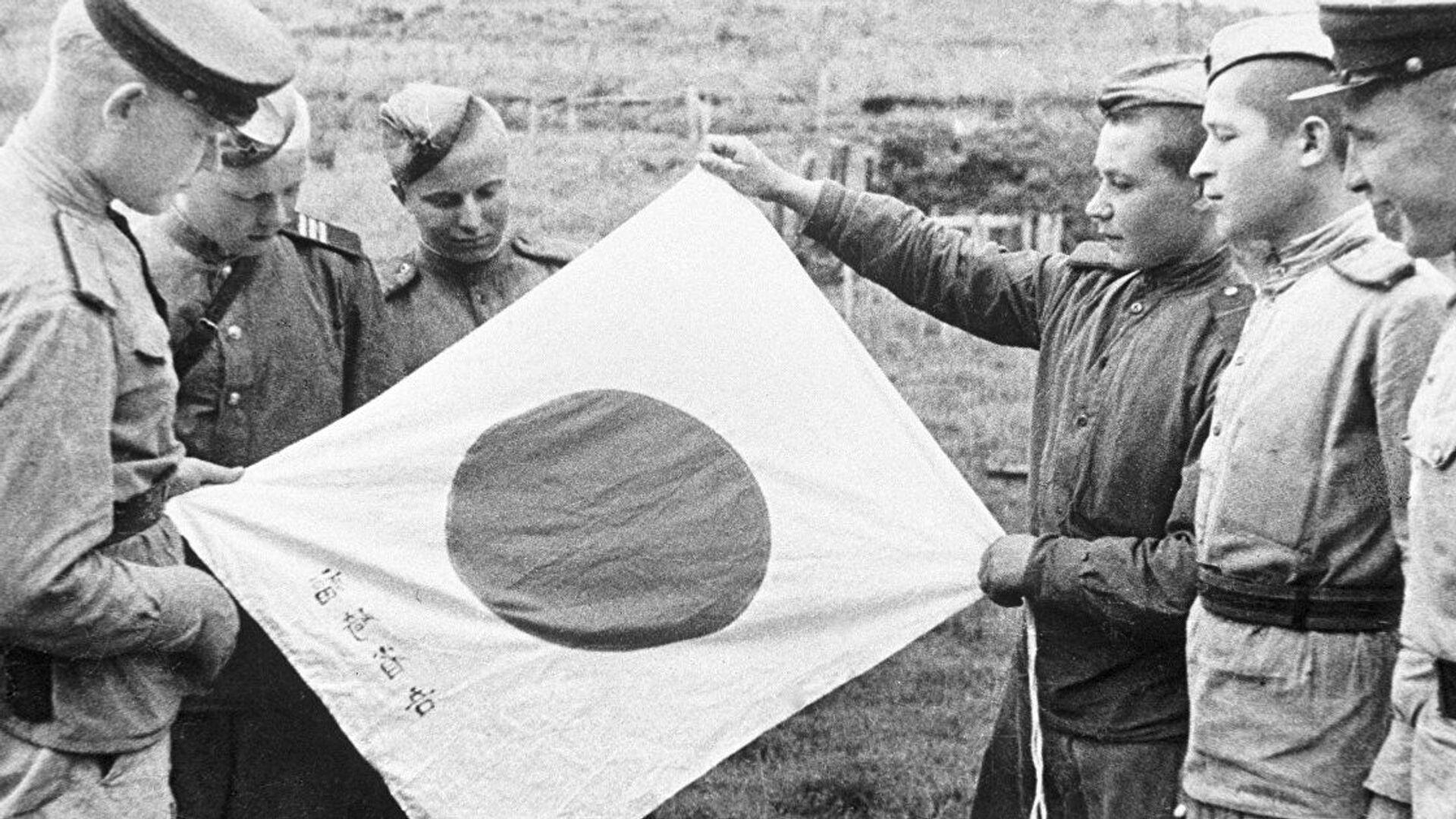 Sovětští vojáci drží japonskou vlajku - Sputnik Česká republika, 1920, 16.08.2021