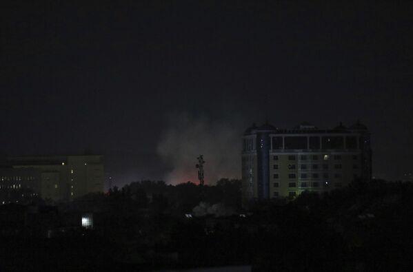 Stoupající kouř nedaleko od velvyslanectví USA v afghánském Kábulu, 15. srpna 2021. - Sputnik Česká republika
