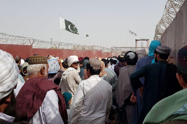 Lidi překračují hranice na pákistánsko-afghánské hranici ve městě Chaman. - Sputnik Česká republika