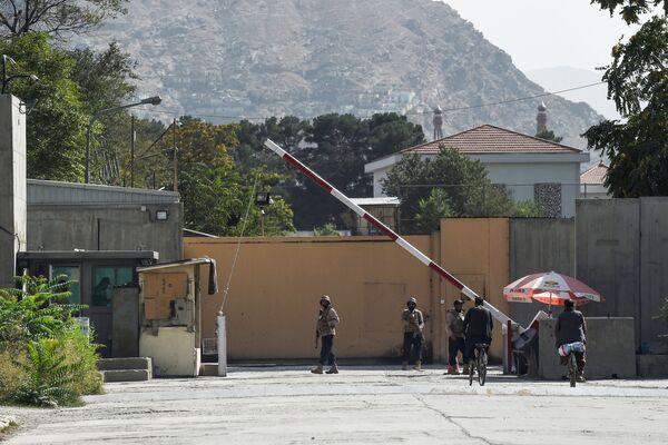 Afghánští bezpečnostní pracovníci stojí na stráži před bránou v zelené zóně v Kábulu, 15. srpna 2021. - Sputnik Česká republika