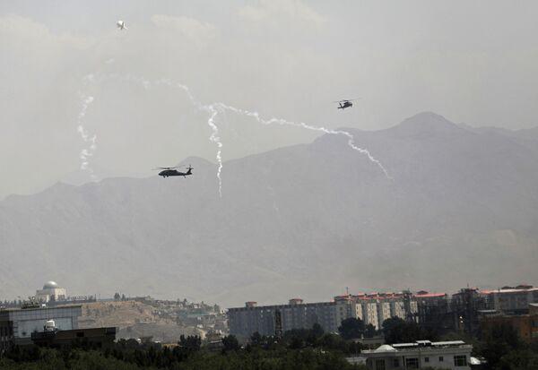 Americké vojenské helikoptéry Black Hawk letí nad Kábulem. - Sputnik Česká republika